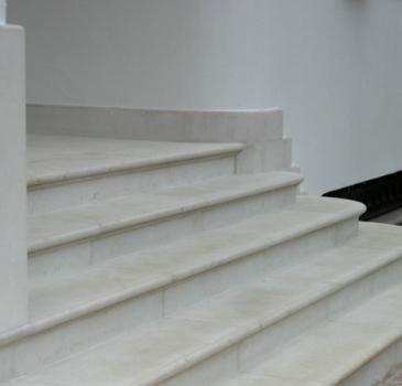 Scalinata in marmo e decorazione porta